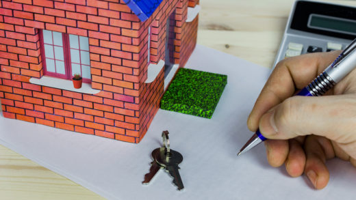 3 dicas para investir em imóveis (Foto: House and calculator, concept the calculation of the loan on the house)