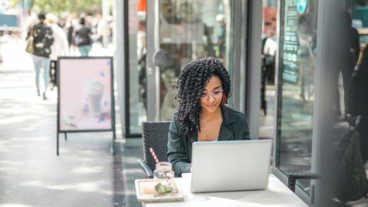 Negócios online: saiba como (Foto de Andrea Piacquadio no Pexels) alavancar seu produto
